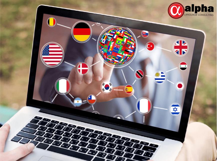 Notebook, com bandeiras de países na tela.
